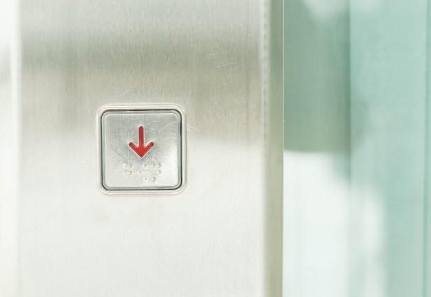 ¿Que debes hacer si te quedas encerrado en el ascensor?